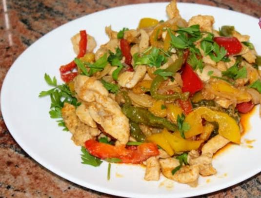 Бяло пилешко месо със зеленчуци на тиган